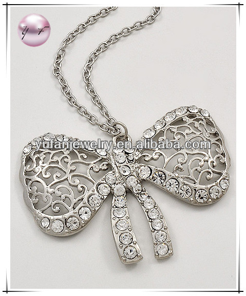 Rhodiumized Tone / Clear Rhinestone / Lead&nickel Compliant / Filigree Design / Ribbon Pendant / Long Necklace