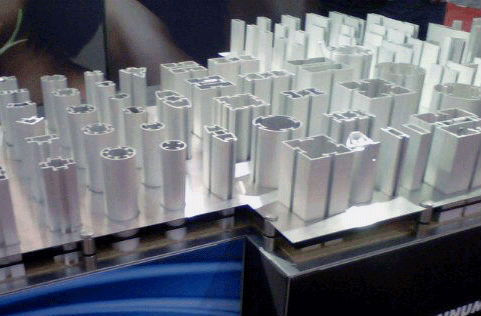 Aluminium extrusions for display systems