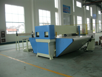 Auto feeding continuous cutting by conveyer belt precision four column hydraulic plane nylon/fabric edge cutting machine