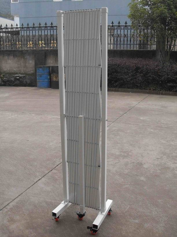 Safety barrier fence retractable