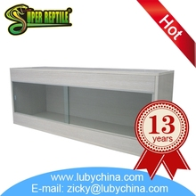 Plastic reptile cage for reptile display