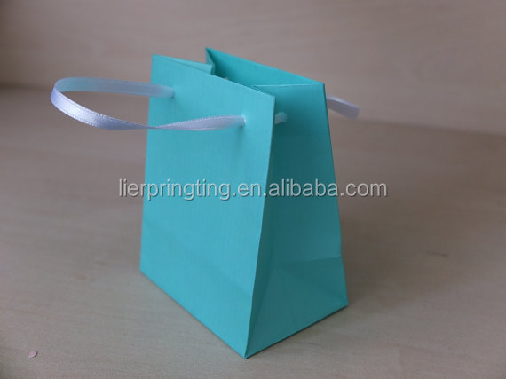 China supply wholesale customized luxury gift paper shopping bag with handles