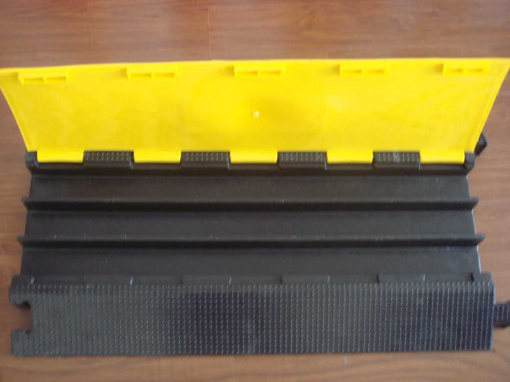 High Quality 3 Channels Rubber Speed Hump of Cable Protector/ Cable Cover/ Cable Ramp