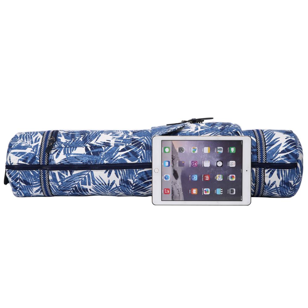 sac de yoga bleu avec des dessins et une tablette
