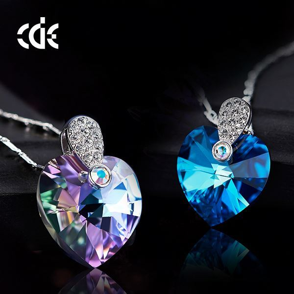 China Factory Price Circle Wholesale Modern Cyrstal Cross Necklace Pendant