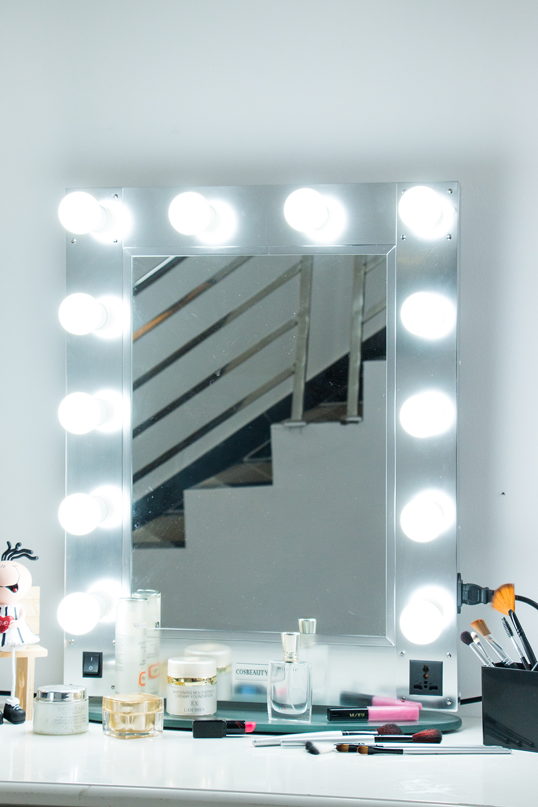 Professional lighting makeup mirror wall-mounted lighted makeup mirror with aluminum frame