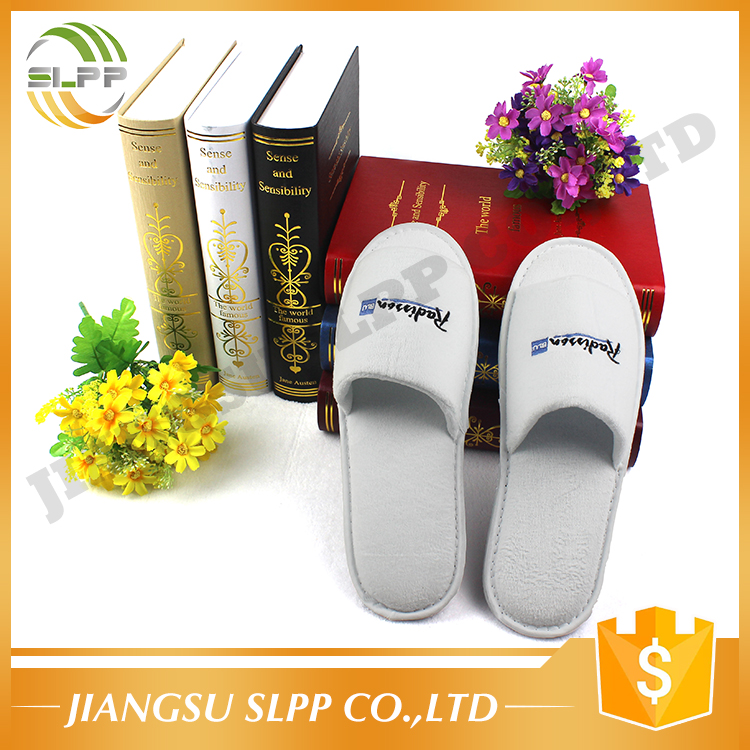 Fast delivery indoor shoes open toe hotel slipper with embroidery logo