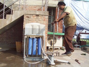 Hand pump water purifier