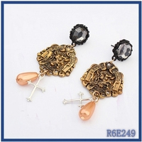 customized antique gold pearl bead landing earrings wholesale latest spanish style hanging earrings