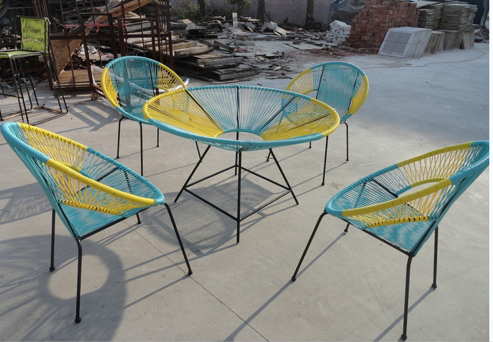 Colorful strips round table with acapulco chair for for Jardin 7 17 acapulco