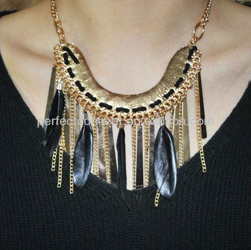 horseshoe shape alloy with feather and curb chain drop necklace feather necklace