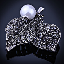 Low MOQ sexey lips cheap crystal brooches in bulk for women
