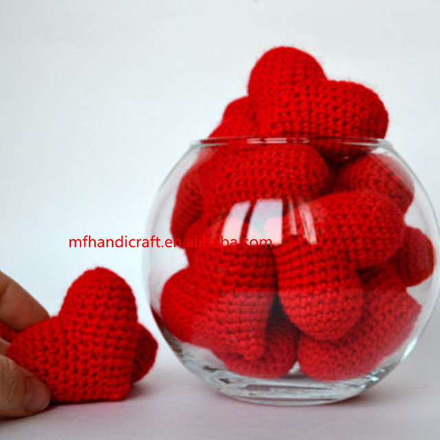 Wholesale of all kinds of hand-crocheted heart-shaped decorations can be hung on the Christmas tree.