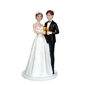 Custom figurine wedding decoration romantic resin wedding favor cake toppers bride and groom