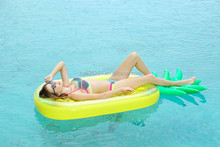 New design giant inflatable water toy pineapple pool float