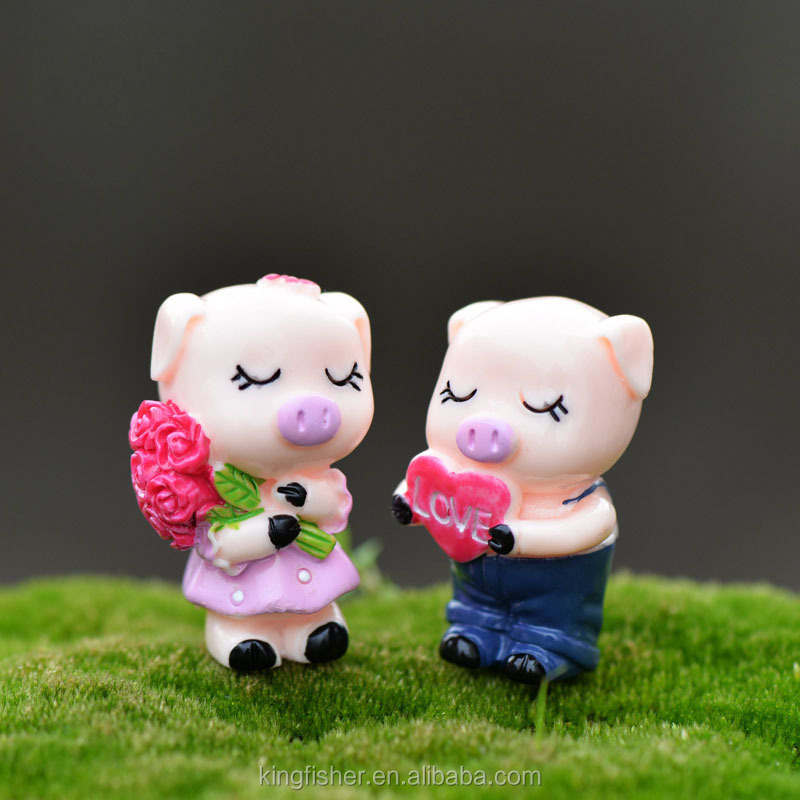 Cute mini love resin cartoon couple pig figurine for moss potted bonsai