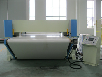 PLC continuous cutting by conveyer belt four column hydraulic plane leather/automatic industrial fabric cutting machine