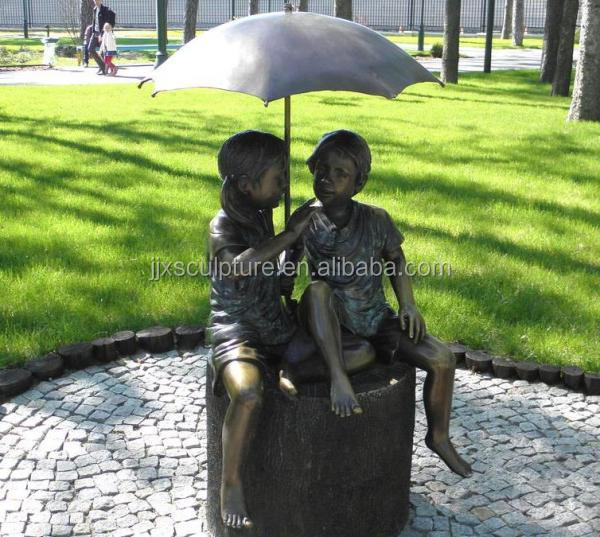 bronze boy and girl with umbrella garden statues wholesale