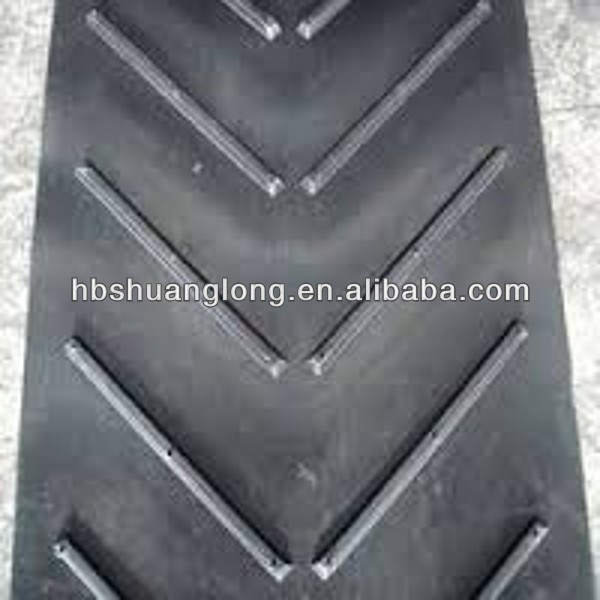 Open V chevron rubber conveyor belt for bagged material to reduce slide back