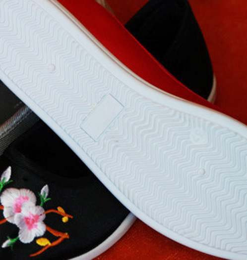 Chinese Tradition Embroidery Shoes Woman with Flat Sole