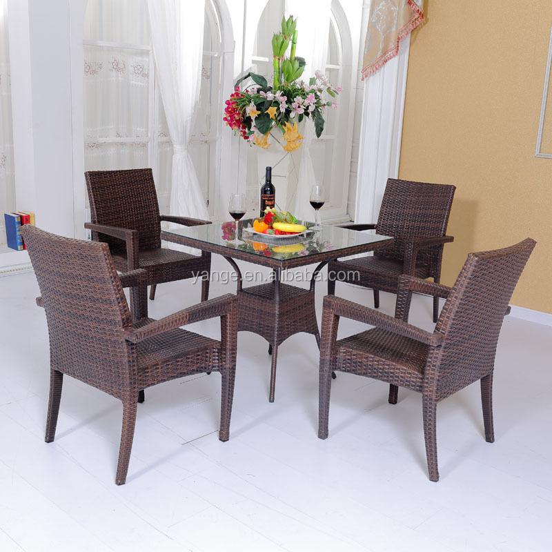Плетеный стол и стул