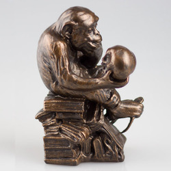 Hot selling statue of monkey holding human skull for garden decoration