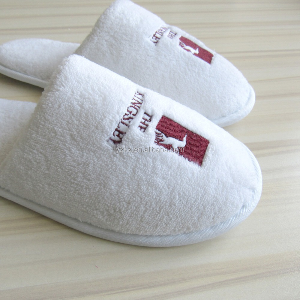 White Comfortable Disposable Closed Toe Home And Hotel Slippers with Custom Embroidered Logo