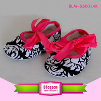 Hot sales damask with hot pink lovey wholesale baby shoes