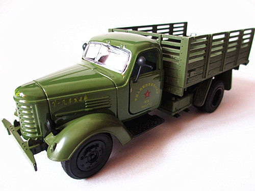 In the classic old liberated military transport truck acoustooptical WARRIOR alloy car model