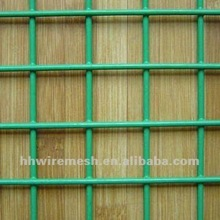 Welded wire mesh cage with poultry (Manufacturer)