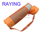 wholesaler Fashion and portable,foldng beach straw mat with mesh carry bag