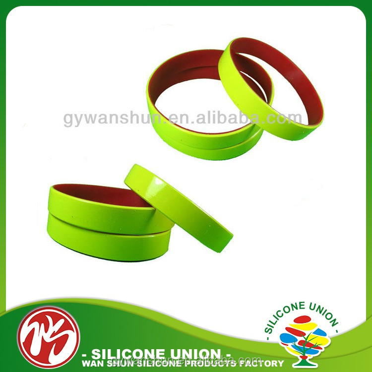 Promotional items high quality hot sale glow in the dark custom silicone charm bracelets
