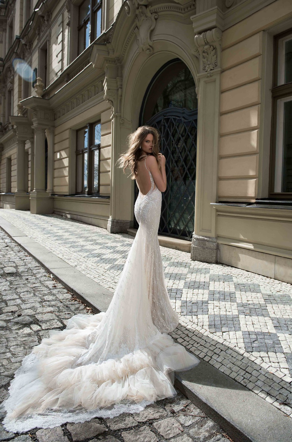 FBB-07 Bling Bling Sweetheart Neck Wedding Dress with Spaghetti Strap Dramatic Ruffle Train Alibaba Express Vestido De Fiesta