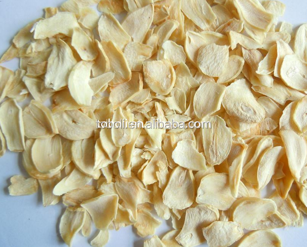 Good quality light yellowish dehydrated garlic flakes