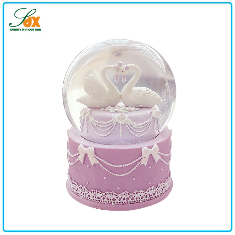 Wholesale polyresin custom wedding favors swan snow globe