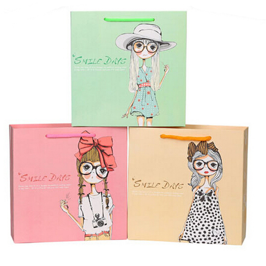 Wholesale low price fashionable design paper bag for packing gift
