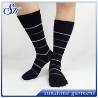 College wind absorbent quality five fingers socks