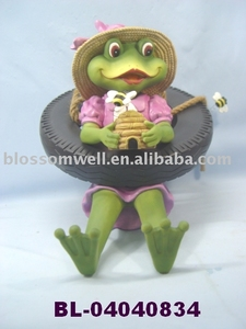 Polyresin Girl Frog Swinging on a Tire Decoration