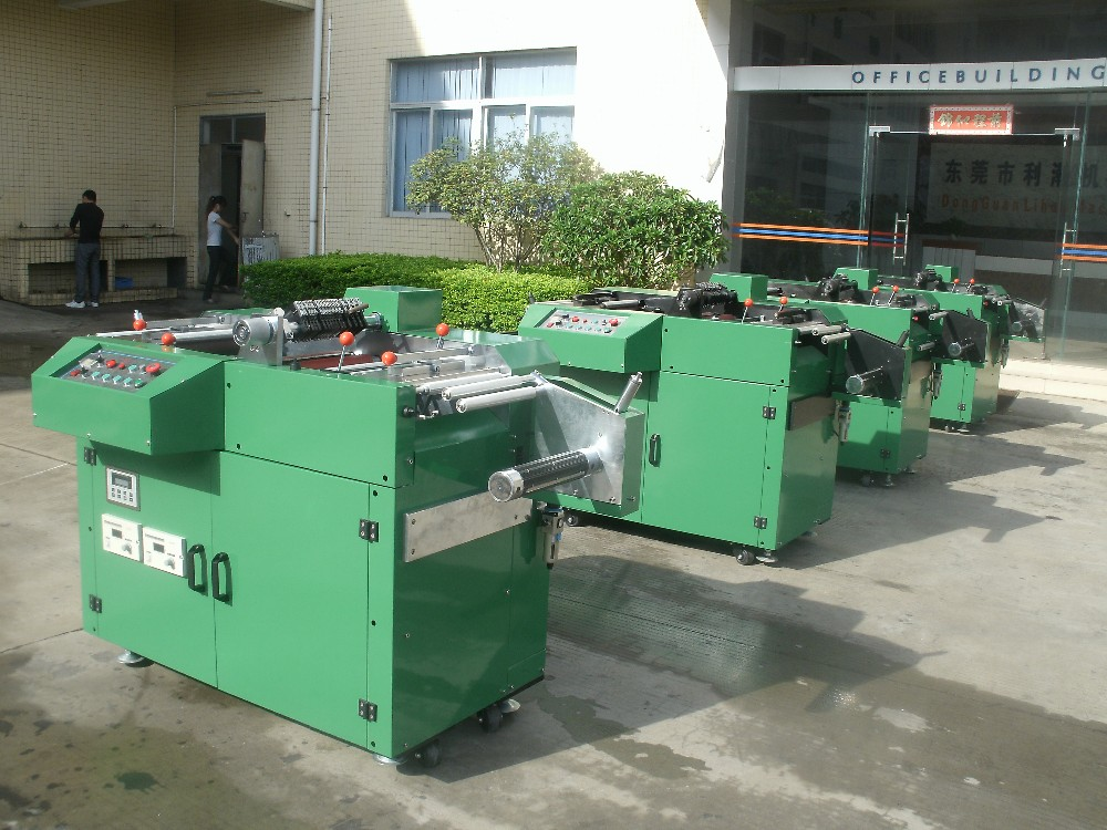 Automatic trademark slitting machine