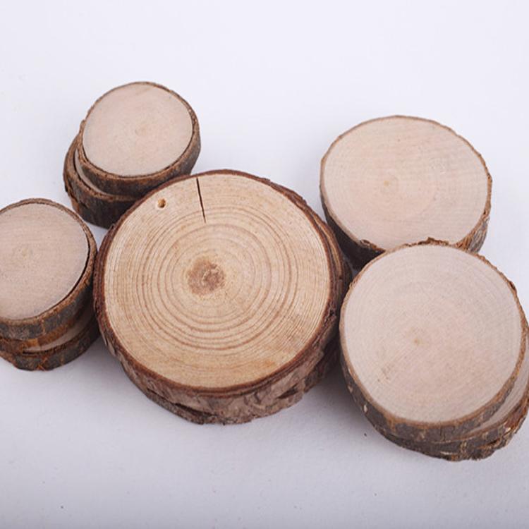 شرائح خشب دائرية بحلقة من الحرف الخشبية الطبيعية مع لحاء شجرة