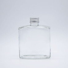 <strong>flat</strong> and square glass decanter with aluminium cap