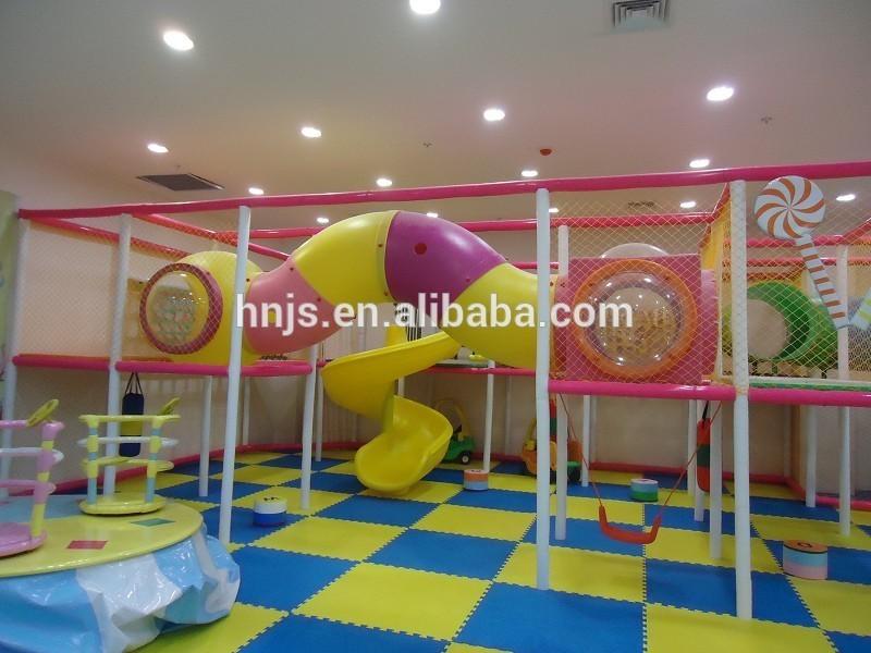 Centro comercial utilizado diapositiva del patio interior grande ...
