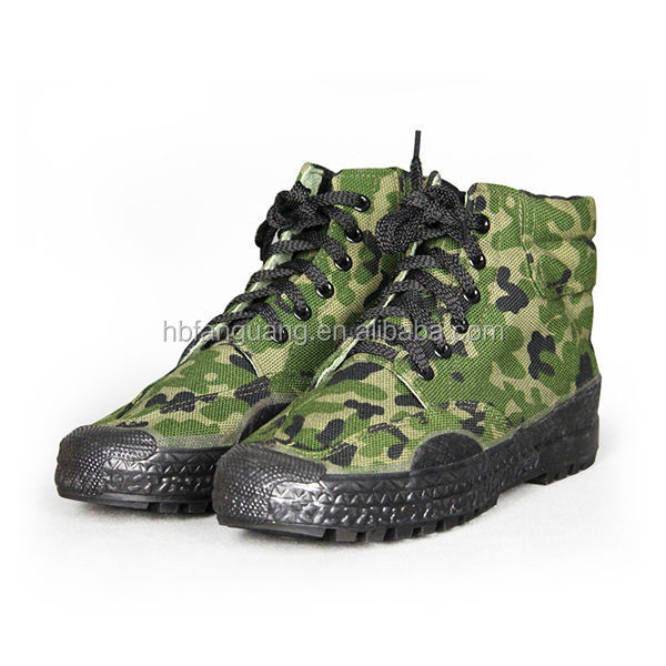 men traning rubber boots in camo color