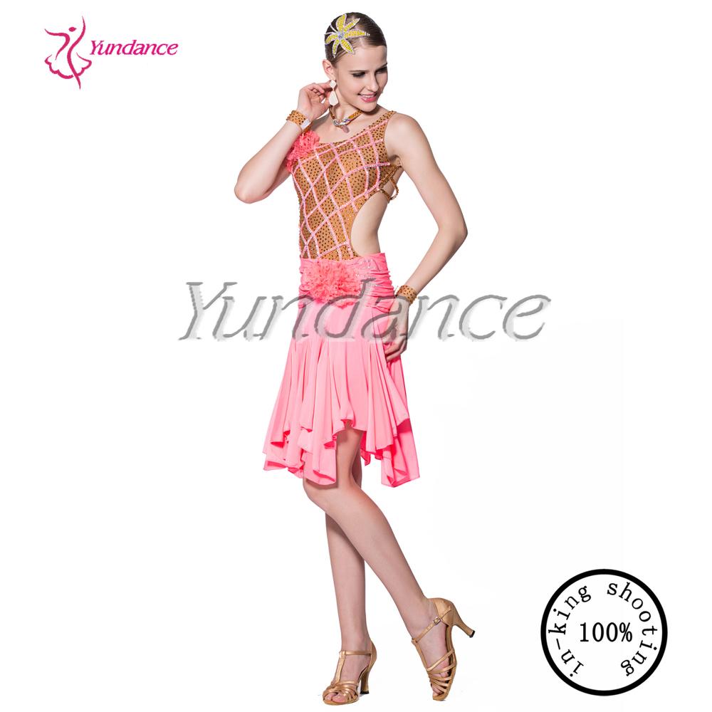 Baile latino caliente de la muchacha