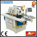 Automatic wood cutting board for straight line rip saw machine