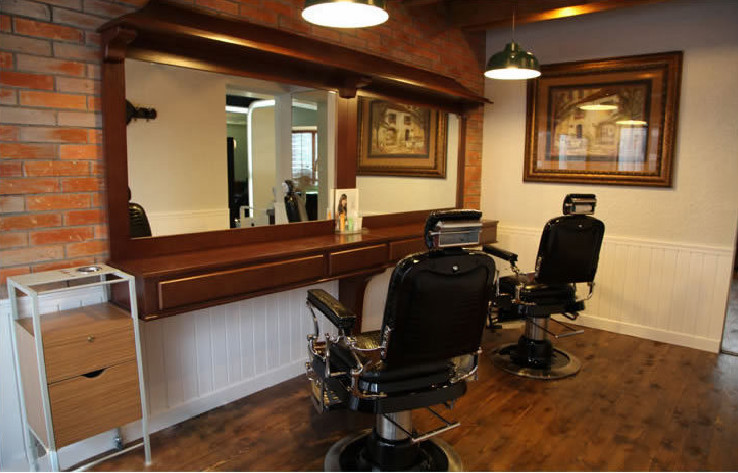 Salon footrest with old school barber chairs for sale for Arredamento barber shop
