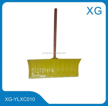 Plastic push snow shovel/ Snow shovel with wooden handle/long handle snow shovel