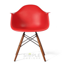 Moder plastic dining chair with wooden legs