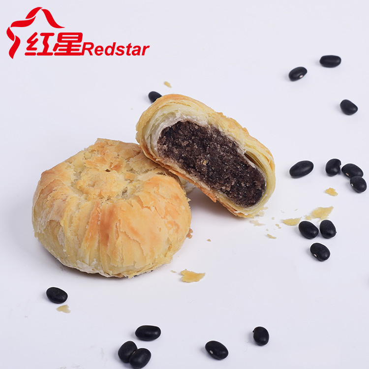Black bean paste filled sandwich biscuits sweet crispy cookies with trays