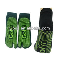 Factory Go fit two toe flip flop cotton fashion unisex athlete socks pvc dots massage socks separate toe style balance socks